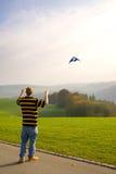 Volar una cometa Foto de archivo libre de regalías
