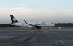 Volaris Airbus bei Cancun Stockbild