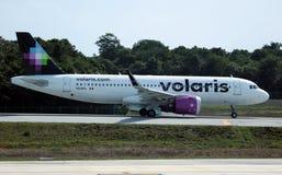 Volaris flygbuss 320 som av tar CUN Cancun Mexico royaltyfri foto