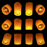 Volata delle lanterne isolata su fondo nero Fotografie Stock