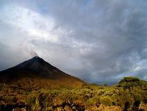 Volcán activo Fotos de archivo libres de regalías