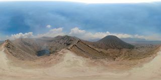 Volcán activo con el cráter Bromo, Jawa, Indonesia vr360 almacen de metraje de vídeo
