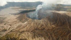 Volcán activo con un cráter Gunung Bromo, Jawa, Indonesia almacen de video