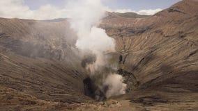 Volcán activo con un cráter Gunung Bromo, Jawa, Indonesia almacen de metraje de vídeo