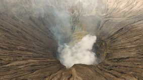 Volcán activo con un cráter Gunung Bromo, Jawa, Indonesia metrajes