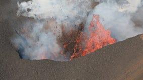 Volcán activo de la erupción de Kamchatka - efusión del cráter: lava, gas, vapor, ceniza almacen de metraje de vídeo