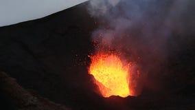 Volcán activo de Tolbachik de la erupción de la noche en Kamchatka Extremo Oriente ruso almacen de video