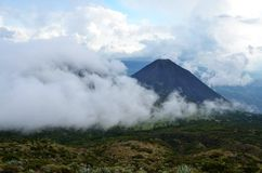 Volcán activo Yzalco cubierto en las nubes Fotos de archivo libres de regalías