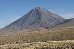 Volcán cónico en los Andes, Chile Imagen de archivo