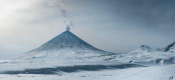 Volcán, colina, erupción, Kamchatka, montaña, el punto más alto, cráter imagen de archivo libre de regalías