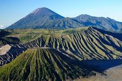 Volcán de Bromo del soporte con el cielo azul Foto de archivo libre de regalías