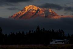 Volcán de Chimborazo en la salida del sol Fotos de archivo