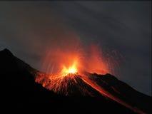 Volcán de la erupción de Strombolian imagen de archivo libre de regalías
