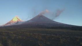 Volcán de la erupción en la península de Kamchatka en el lapso de tiempo de la salida del sol almacen de video
