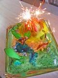 Volcán de la pasta de azúcar del dinosaurio de la torta Foto de archivo libre de regalías