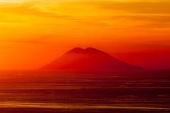 Volcán de Stromboli en la puesta del sol Imágenes de archivo libres de regalías