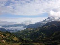 Volcán de Viluchinskij en nubes Imagen de archivo libre de regalías