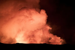 Volcán en la noche. Foto de archivo