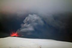 Volcán en la noche. Imagen de archivo