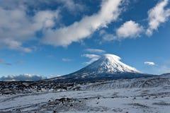 Volcán en la región de Kamchatka, Rusia de Kluchevskaya. imagen de archivo