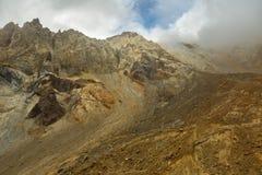 Volcán hermoso de Mutnovsky de las cuestas cubierto en nubes Imagen de archivo libre de regalías
