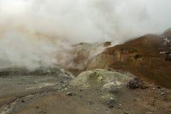 Volcán hermoso de Mutnovsky de las cuestas cubierto en nubes Fotos de archivo libres de regalías