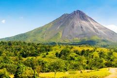 Volcán inactivo típico fotografía de archivo