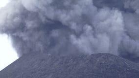 Volcán que entra en erupción en el humo y la ceniza de Papúa Nueva Guinea almacen de video