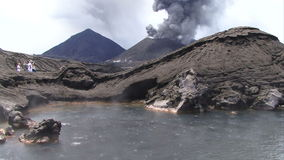 Volcán que entra en erupción en el humo y la ceniza de Papúa Nueva Guinea almacen de metraje de vídeo