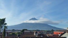 Volcán sobre ciudad Fotografía de archivo