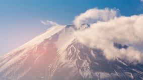 Volcán superior de la montaña de Fuji contra el cielo azul Imágenes de archivo libres de regalías