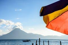 Volcán y paraguas, lago Atitlan, Guatemala Foto de archivo