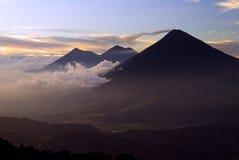Volcan Acatenango en Volcan Fuego bij Zonsondergang royalty-vrije stock afbeelding