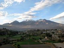 Volcan de Chachani au-dessus d'Arequipa, Pérou Photo stock