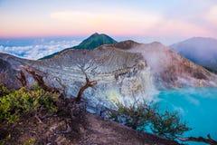Volcan de Kawah Ijen avec des arbres pendant le beau lever de soleil dans Java-Orientale, Indonésie Photo stock