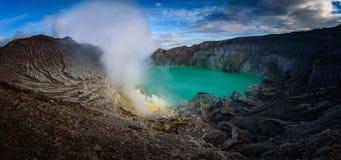 Volcan de Kawah Ijen avec le lac vert sur le fond de ciel bleu à MOR Photographie stock libre de droits