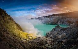 Volcan de Kawah Ijen avec le lac vert sur le fond de ciel bleu à MOR Photographie stock