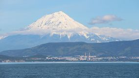 Volcan de Koryaksky au-dessus de ville Petropavlovsk-Kamchatsky photo stock