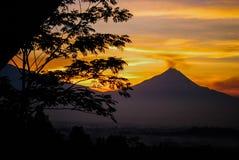 Volcan de Merapi dans Java-Centrale pendant le lever de soleil Photos stock