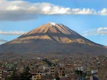 Volcan de Misti au-dessus d'Arequipa, Pérou Photos stock