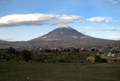 Volcan de Misti au-dessus d'Arequipa, Pérou Photo stock
