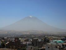 Volcan de Misti, dans la ville d'Arequipa, le Pérou images libres de droits