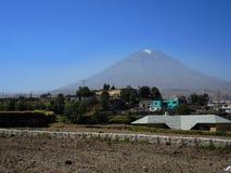 Volcan de Misti, dans la ville d'Arequipa, le Pérou photos stock