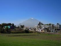 Volcan de Misti, dans la ville d'Arequipa, le Pérou image stock