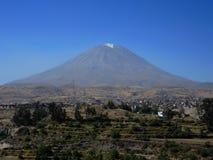 Volcan de Misti, dans la ville d'Arequipa, le Pérou photos libres de droits