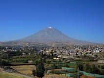 Volcan de Misti, dans la ville d'Arequipa, le Pérou images stock
