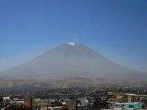 Volcan de Misti, dans la ville d'Arequipa, le Pérou Image libre de droits