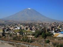 Volcan de Misti, dans la ville d'Arequipa, le Pérou photo libre de droits