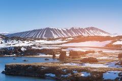 Volcan de Myvatn avec l'enneigement Islande photos stock