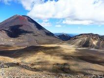 Volcan de parc national de croisement de tongariro de la Nouvelle Zélande, cratère rouge photographie stock